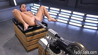 Gaping babe gets stretched with machine