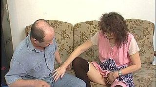 Hast schon mal eine alte haarige Putzfrau gebumst ?