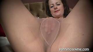 Housewife Jilling Off in Hose