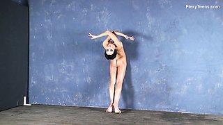 Amazing cutie Liza Raykina and her incredibly good nude flexy show