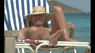 Nudist beach bunny exposes her pussy to the hidden cam