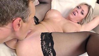 Closeup video of curvy pornstar Dee Williams in stockings having sex